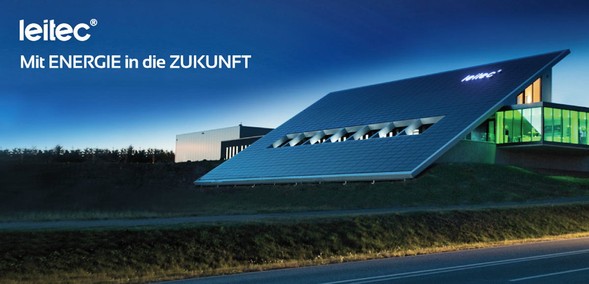 Energieautarkes Gebäude der leitec GmbH mit großflächigem Solarpanels auf dem Dach