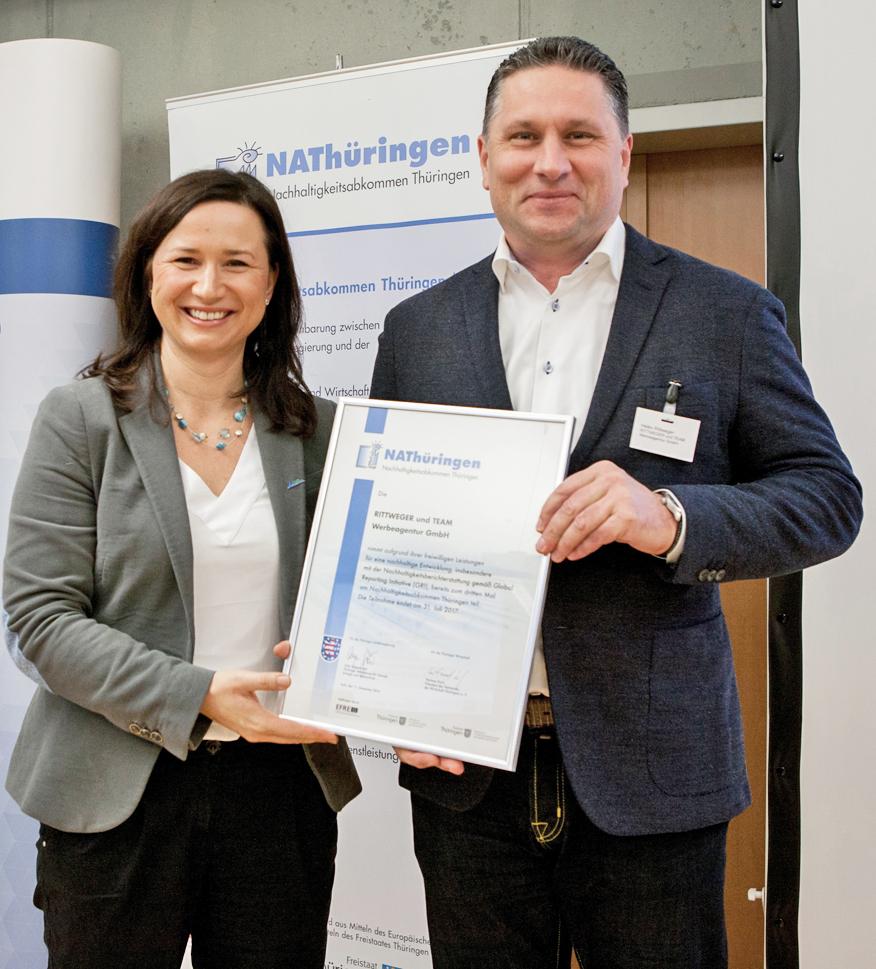 Urkundenübergabe Nachhaltigkeitsabkommen NAThüringen durch Ministerin Anja Siegmund an Heiko Rittweger