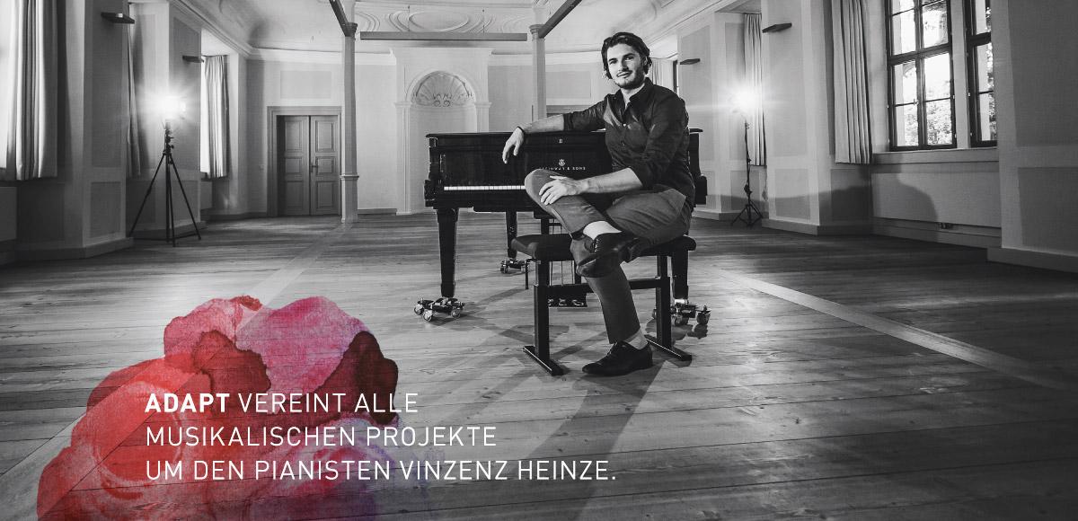 Motiv Vinzenz Heinze der Adapt Bookingagentur am Piano sitzend - Adapt vereint alle musikalischen Projekt rund um den Pianisten Vinzenz Heinze
