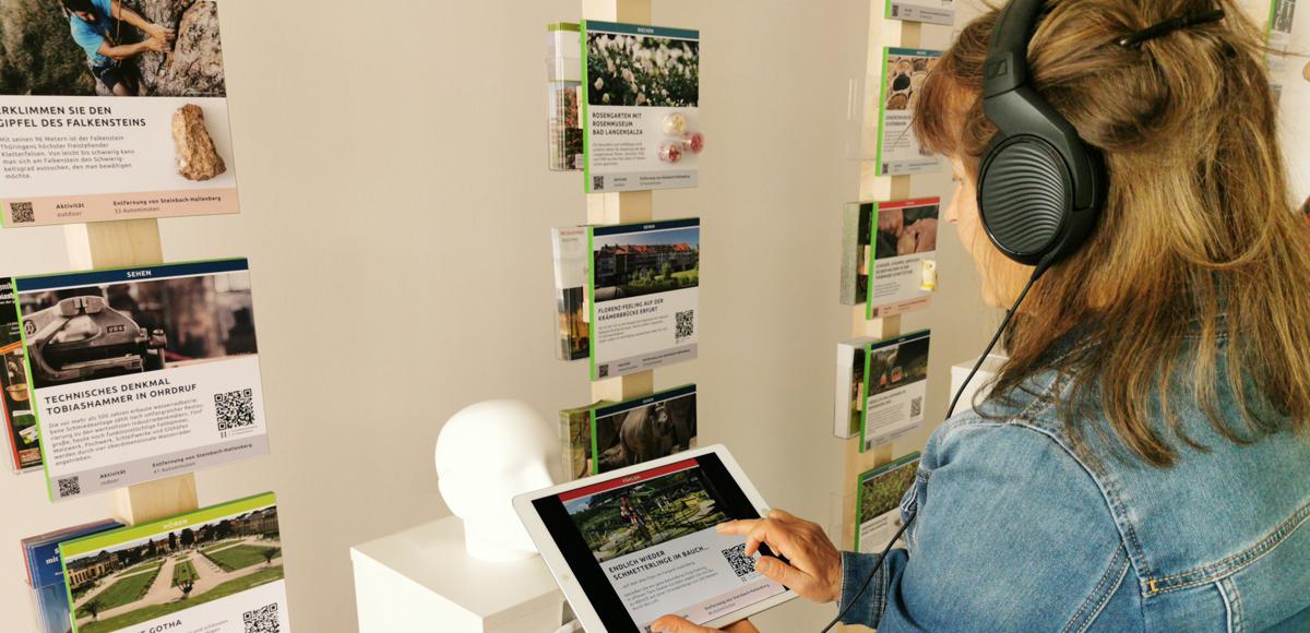 Über ein iPad können hinterlegte Informationen gelesen und gehört werden