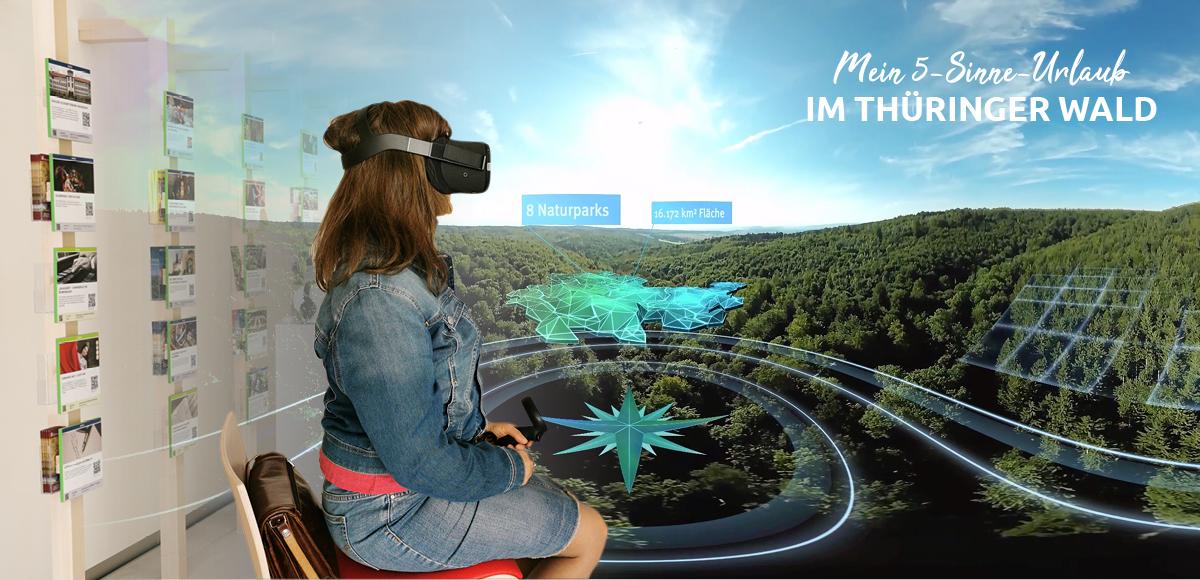 Ein Gast betrachtet einen 360 grad Film in der VR-Brille