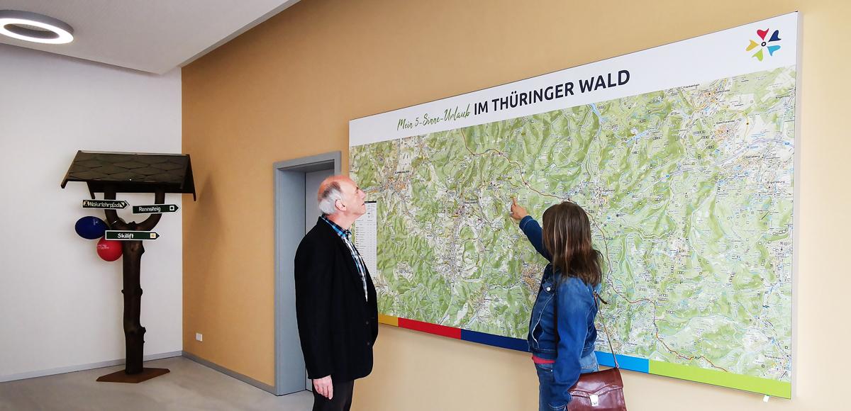 Gäste können sich alle Sehenswürdigkeiten und Wanderwege der Region an einer großen Wanderkarte ansehen